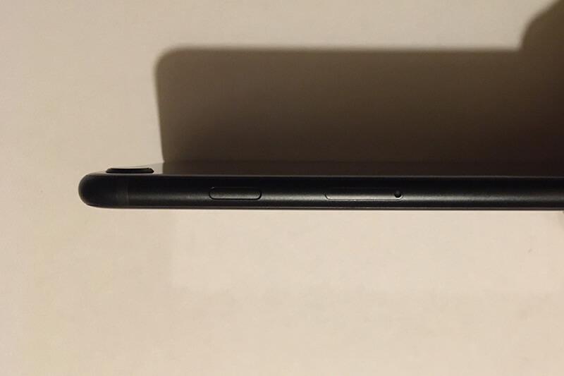 新型iPhone SEのボタン・右側